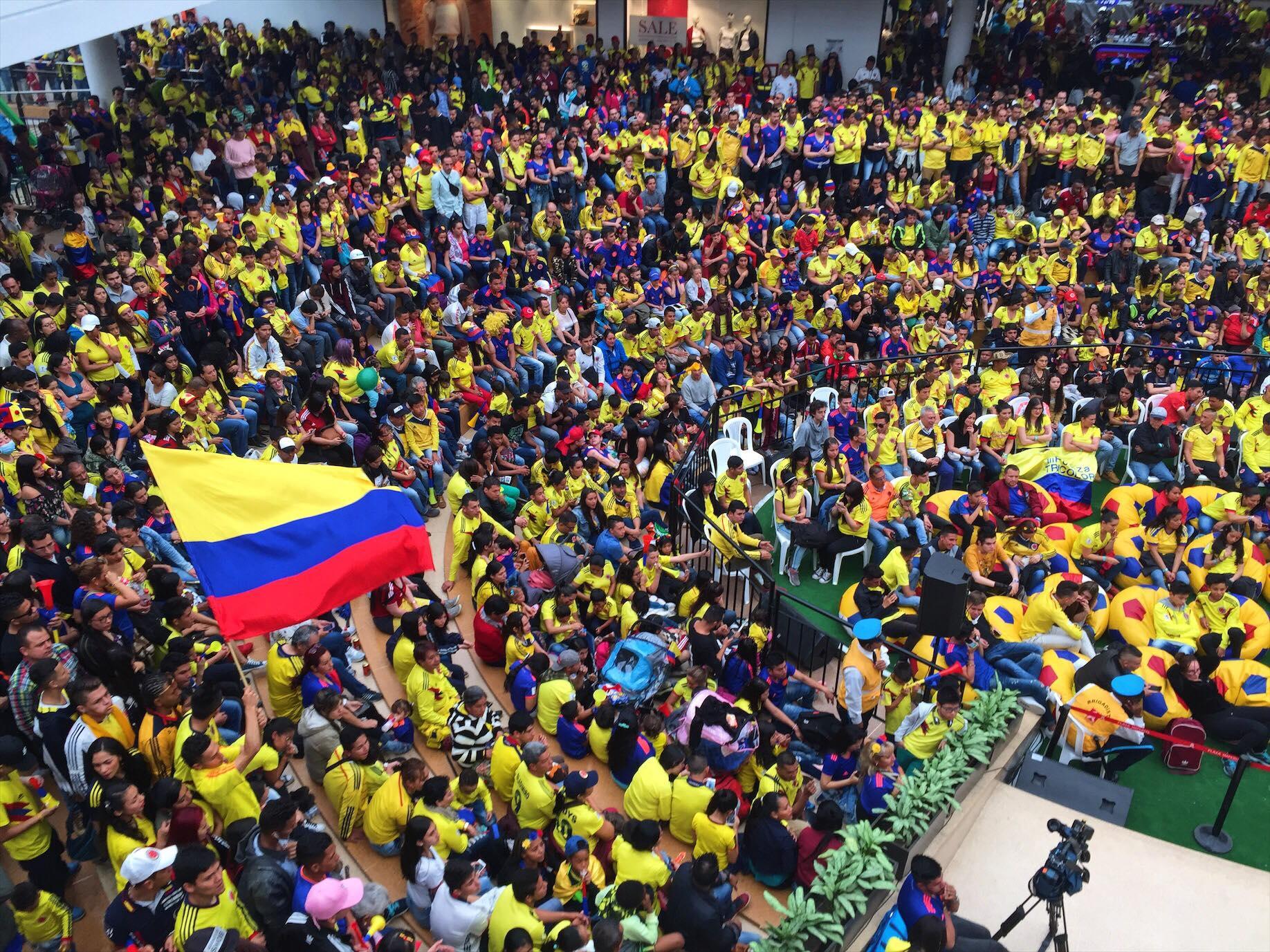 Bogotá bibrando por su selecciòn en el partido contra Inglaterra. Foto Sergio Quintero